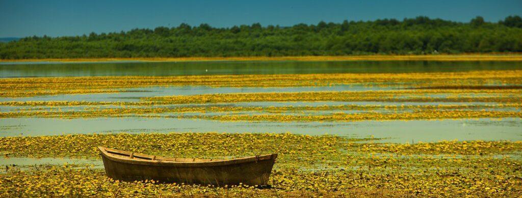 barca de pescar pe lacul beleu